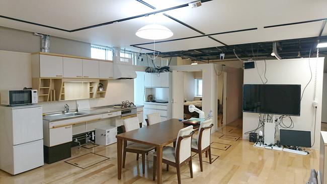 様々なセンシングデバイスが取り付けられた模擬住宅
